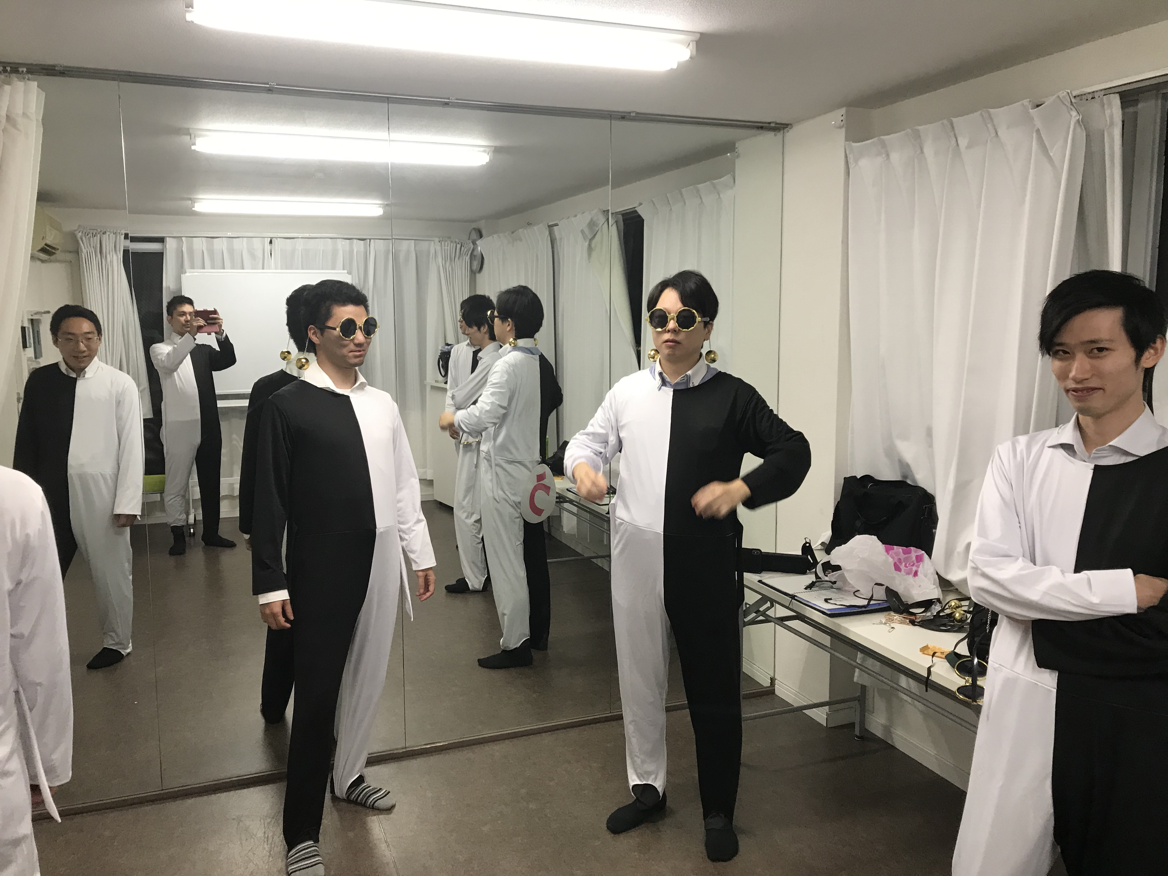 錯覚ダンス衣装の白黒タイツ